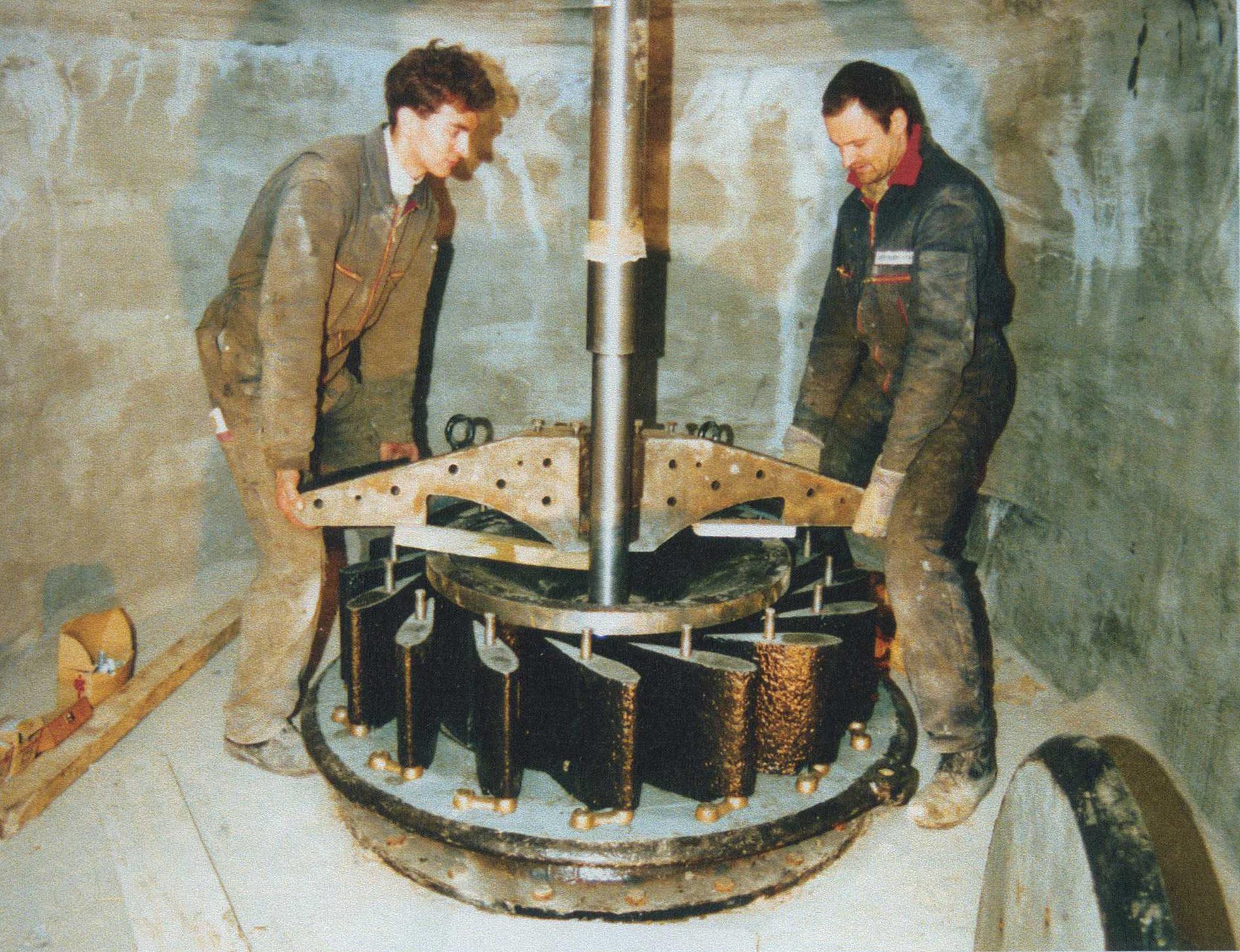 Einbau der restaurierten Francis-Turbine 1999